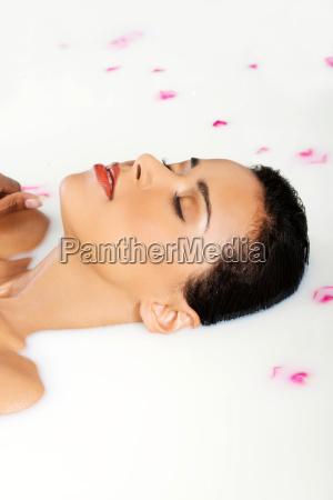 attraktive nackte frau in einem milchbad