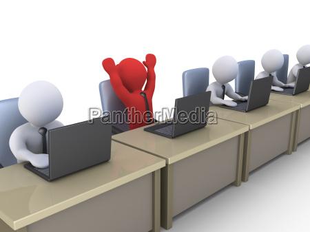gluecklicher geschaeftsmann mit laptop unter anderen