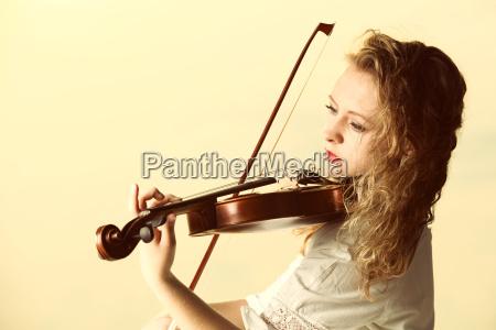 das blonde maedchen mit einer violine