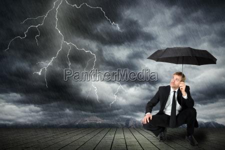 mann im anzug und regenschirm sucht