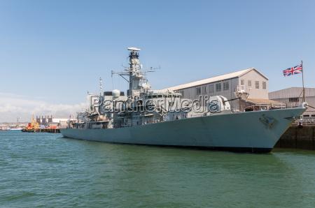 britische kriegsschiff im hafen