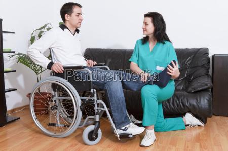 physiotherapeut mit patienten arbeiten