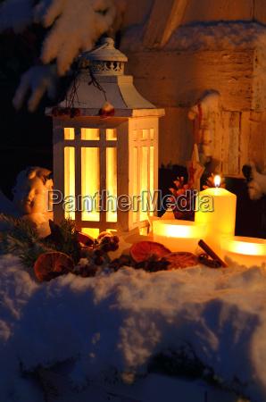 laterne im schnee besinnliche weihnachten