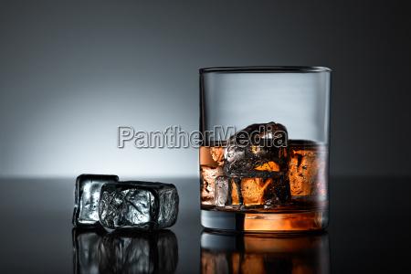 glas becher trinkgefaess kelch kubus whiskey