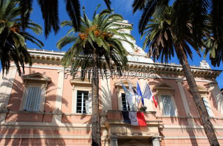 rathaus mit palmen