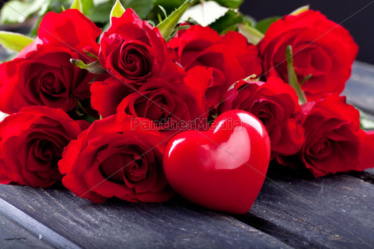 rote herzen und rote rosen  lizenzfreies bild  10539491