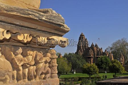 skulpturen in westlichen tempeln von khajuraho