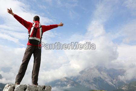 bergsteiger auf dem gipfel vom berg
