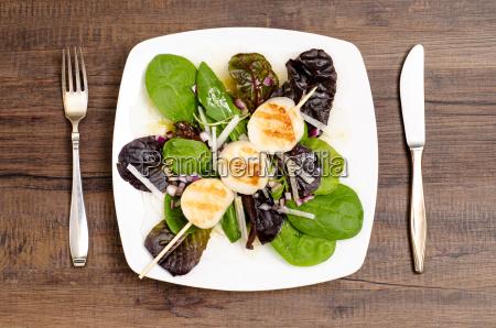 gebratene jabosmuscheln auf einem blattsalat