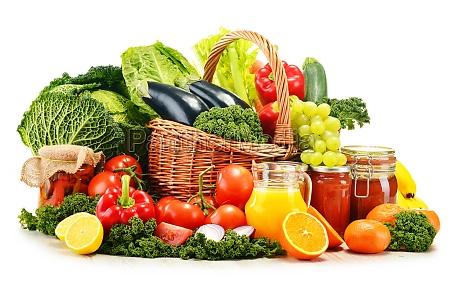 weidenkorb mit verschiedenen organischen gemuese und