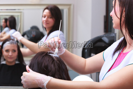 frau sterben haare im friseurschoenheitssalon durch