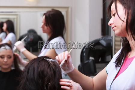 frau sterbende haare in friseur schoenheitssalon