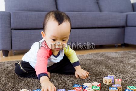 babyspiel mit spielzeugblock