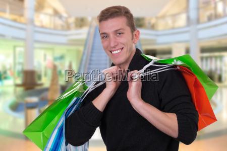 junger mann beim shoppen oder einkaufen