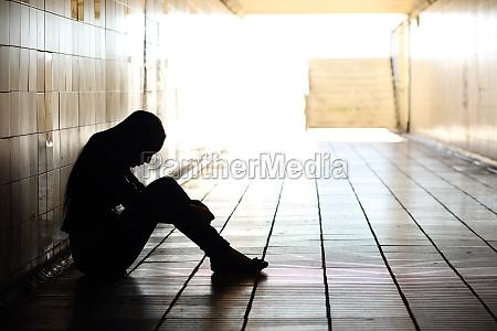 teenager depressiv in einem schmutzigen tunnel