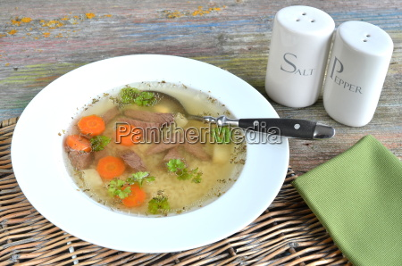 suppe mit nudeln und rindfleisch