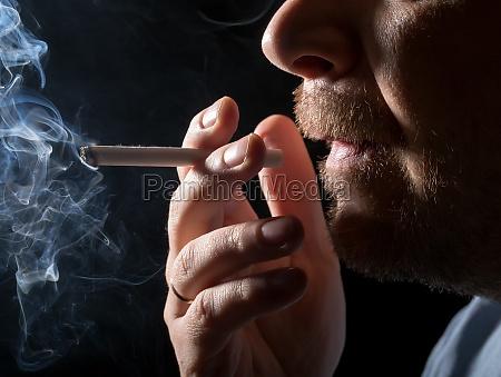 portrait mann rauchen von zigaretten