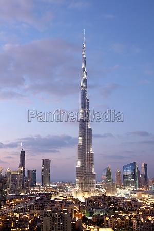 burj khalifa in der daemmerung beleuchtet