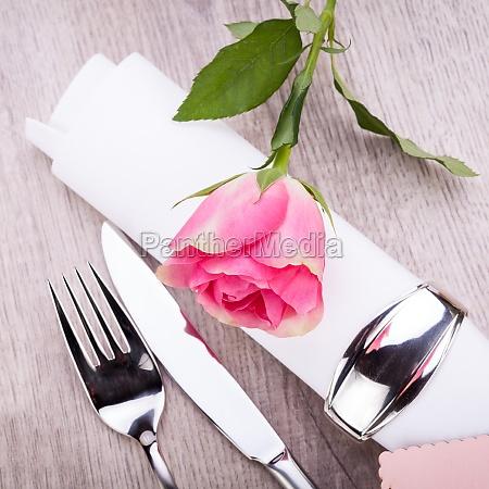romantisch gedeckter tisch mit silberbesteck und