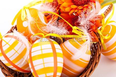 traditionelle bemalte bunte ostereier mit orangen