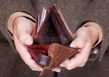 geschaeftsmann zeigt leere brieftasche finanzen und