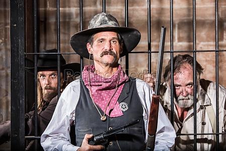 sheriff poses mit prisoner