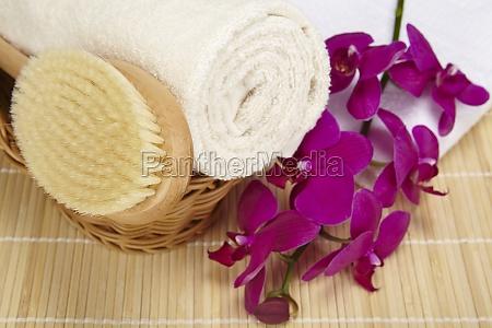 badebuerste und gerolltes handtuch im korb