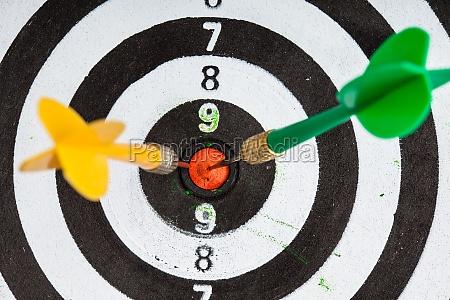 bullseye schwarz weiss ziel mit darts