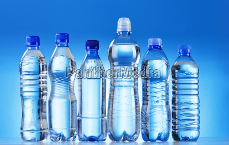 zusammensetzung mit sortierten plastikflaschen mineralwasser