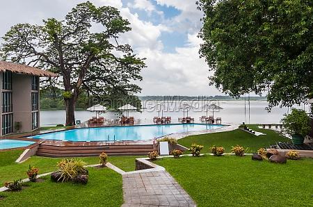 schwimmbad in einem tropischen hotel