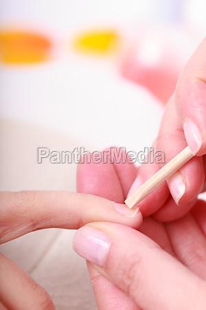 schoener reinigungsschalen haende mit kosmetischen stock
