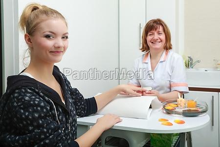 kosmetikerin mit datei einreichung naegel weiblichen