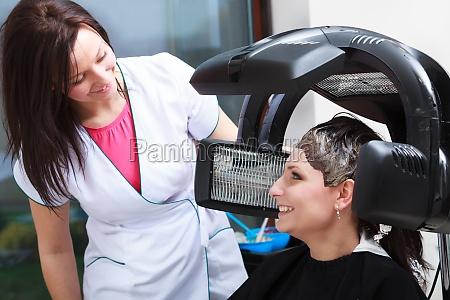 frau weiblich weibchen hairstylist haar schoenheit