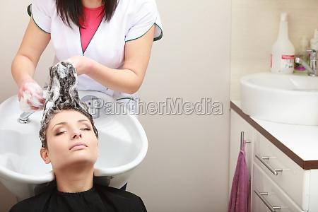 friseur waschende frau haar friseur salon