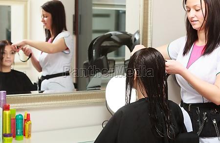 in hairdressing salon friseur schneidet haare
