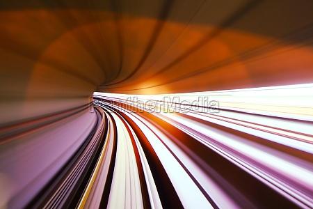 schnelle vorbeifahrenden zug im tunnel