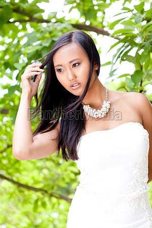 junge attraktive asiatin mit dunklen haaren