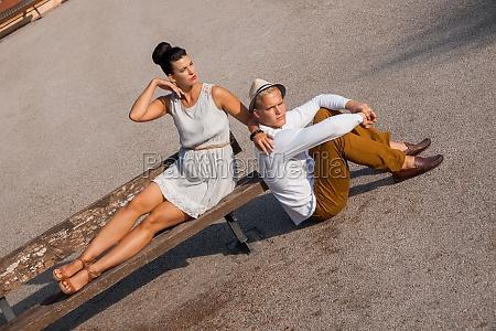 junges elegantes paar mit modischer kleidung