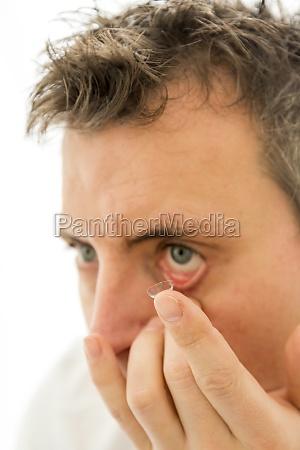 kontaktlinse mann