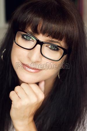 front view attraktiv brunette kvinde