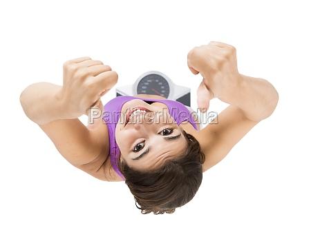 schoene und glueckliche athletische frau