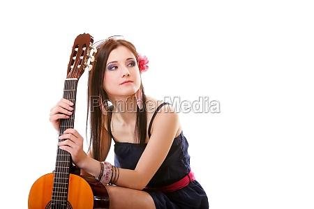 sommer maedchen mit gitarre auf weissem