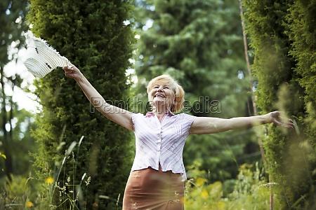 freiheit glueckliche alte dame mit hut