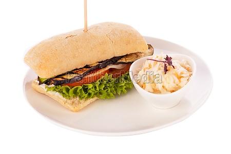 vegetarischer veganer hamburger mit aubergine tomate