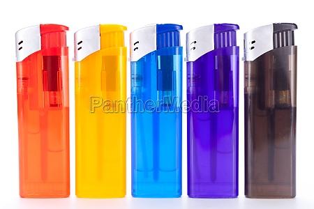 reihe unterschiedlich farbiger feuerzeuge mit elektrischer