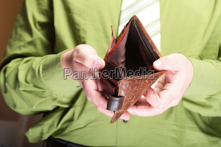leere brieftasche in den maennlichen haenden