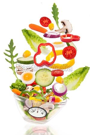 salat fliegt in schale