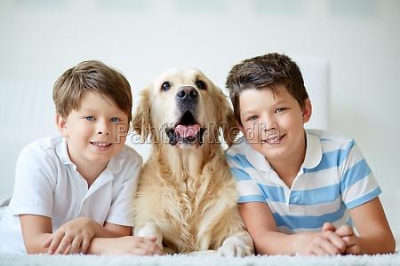 jungs mit hund