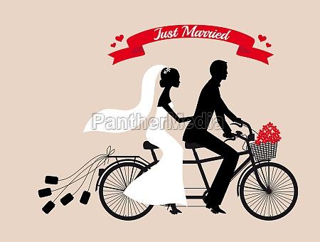 gerade verheiratet hochzeitspaar auf tandem fahrrad