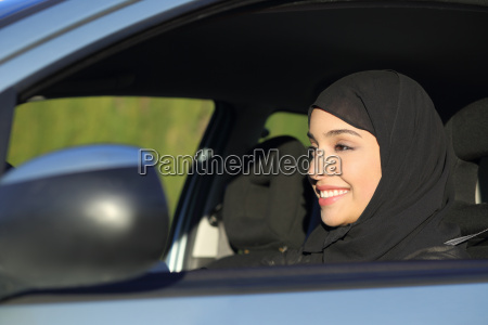 glueckliche arabische saudi frau die ein